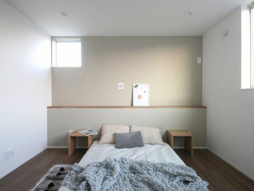 【主寝室】 南向きのため、寒い日でも日差しが感じられるあたたかなお部屋です♪(寝室)