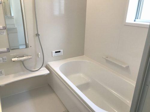 一日の疲れを癒す、一坪タイプの浴室!足を伸ばしてゆったりとお湯につかれます♪浴室暖房乾燥機付なので、雨の日も気にせずお洗濯が出来ます♪(風呂)