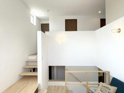 リビングは、1.5階にすることで、天井が高く広がりのある空間となっています♪(居間)