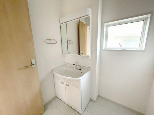 お手入れしやすく使いやすい3面鏡付き。収納スペースも広く、洗剤や掃除道具をたっぷりと収納できます♪