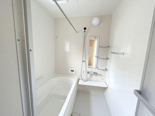 1坪のゆったりユニットバスでほっと一息!1日の疲れを癒してくれるスペースです♪浴室乾燥機付きなので、雨の日も気にせずお洗濯ができます♪(風呂)