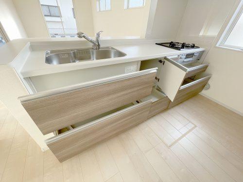 収納キャビネットたっぷりのシステムキッチン♪奥様に嬉しいポイントですね♪床下収納庫もあるので、食材等の保管に重宝します。(キッチン)