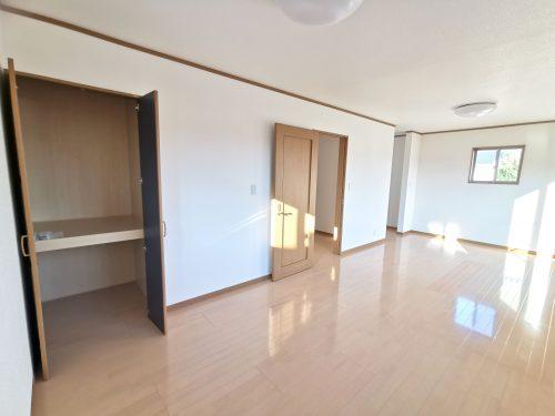 二階の12帖以上の洋室は たっぷり収納出来るスペースがあります。日当たりもよく風通しの良いお部屋です。(寝室)