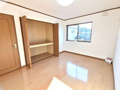 二階の7帖以上の洋室です。 広い収納スペースがあるので 荷物が多くても安心です。(子供部屋)