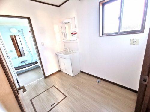 脱衣室は広く 窓から 明るい陽射しが差し込みます。