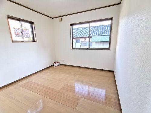 一階の5帖以上の洋室は 陽当りがよく 寝室や客間としても ご活用いただけます。(寝室)