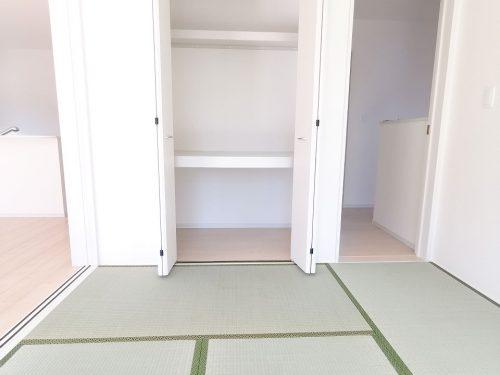 6帖の洋風和室です♪押入れがあるので 沢山収納できます♪