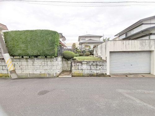 前面道路含む現地写真 RCの車庫と植木があります。
