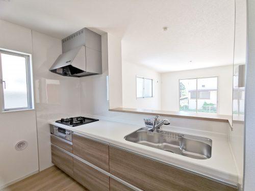 キッチンに窓があり 明るく開放的です。3口コンロでお料理もラクラク♪広いシンク 使い勝手の良いキッチンです。(キッチン)