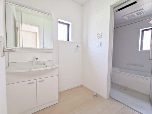 洗面所に窓があり明るいです。忙しい朝に便利な洗髪洗面化粧台♪
