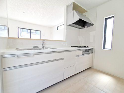 キッチンに窓があり 明るく開放的です。床下収納もあるので 食材等の保管に重宝します。(キッチン)