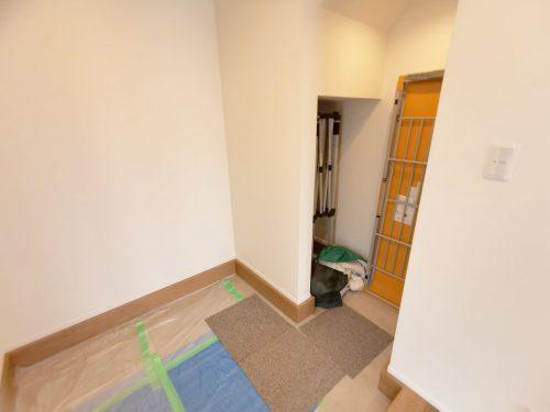 広い玄関横に 約1.3帖のシューズクロークあり♪ゴルフバックや自転車も収納できます♪(玄関)