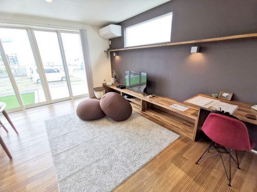 リビングには 壁幅いっぱいの造作リビング家具が設置されています♪(居間)