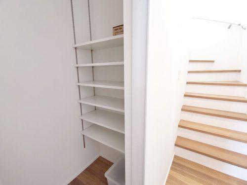 階段横に 可動棚が備わっている 収納スペースがあります♪