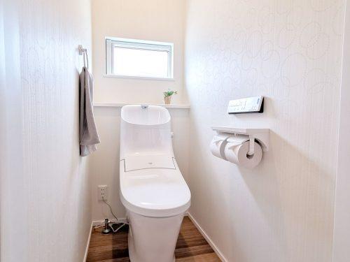 窓があり 明るいトイレです♪快適な温水洗浄便座が備わっています。
