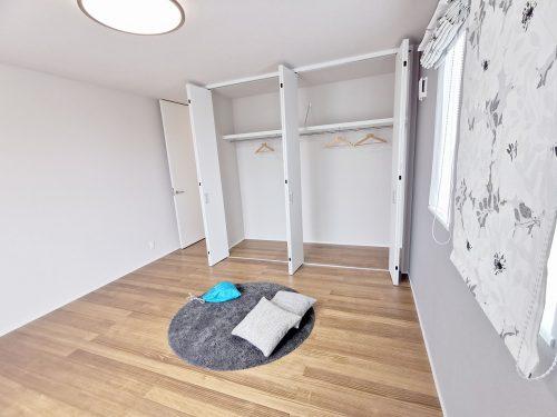 バルコニーに面した 明るい洋室です♪1.6帖の大容量のクローゼットがあるので 沢山収納できます♪(寝室)