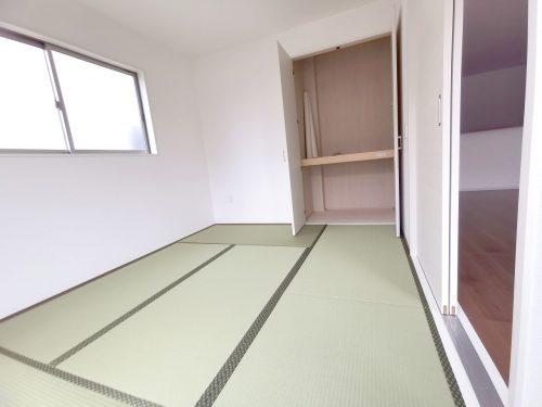 1階 6帖の洋室。押入れがあるので スッキリ収納できます♪