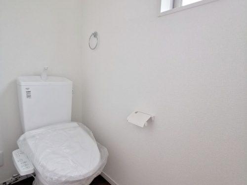 トイレには 快適な温水洗浄便座が備わっています。窓があるので 明るいです♪