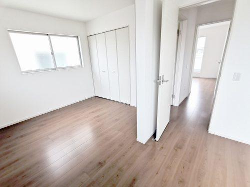 11.2帖の広いお部屋としても活用できますし 部屋の真ん中を仕切って 2部屋としても ご活用できます♪