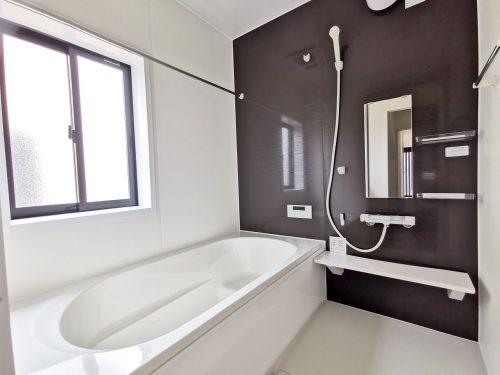 同形状・同仕様写真 1坪のゆったりユニットバスでほっと一息!ベンチ付きなので半身浴も楽しめます♪浴室乾燥機付き!雨の日も気にせずお洗濯ができます♪(風呂)