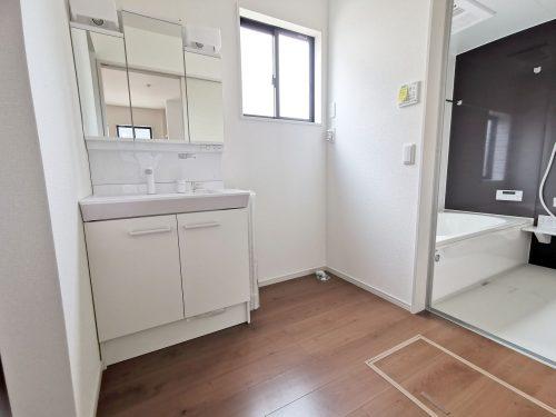 同形状・同仕様写真 忙しい朝に便利な、洗髪洗面化粧台!収納スペースも広く、洗剤や掃除道具をたっぷりと収納できます♪