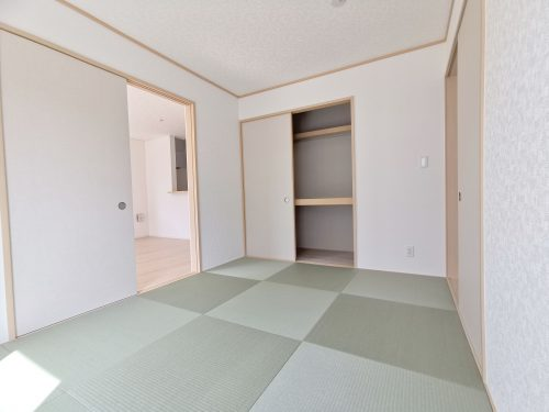 続き間の和室は、お子様のお昼寝スペースや、洗濯物をたたむのに便利です。客間やリビングの延長としても使えます♪