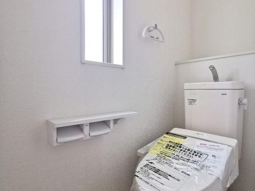 窓付きの明るいトイレです。温水洗浄便座が備わっています♪