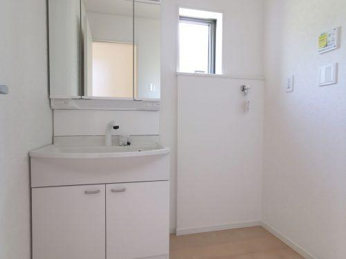 忙しい朝に便利な、洗髪洗面化粧台!お手入れしやすく使いやすい3面鏡付き。収納スペースも広く、洗剤や掃除道具をたっぷりと収納できます♪