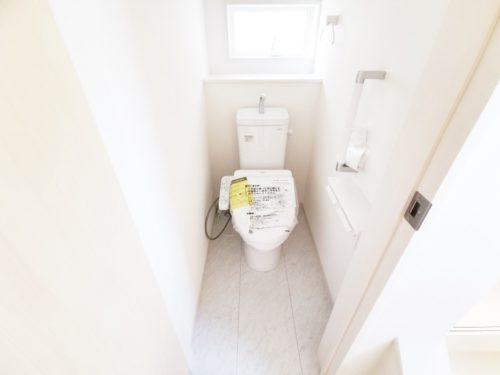 トイレには、快適な温水洗浄便座が備わっています。安全を配慮し 手すりが付いてます♪