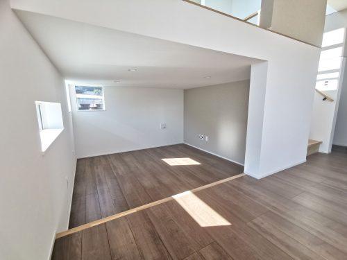 【フリースペース】床を少し下げフリースペースを作り、空間を有効利用しています♪セカンドリビングやワークスペースとしてもOK♪ゆったりと、落ち着ける空間です♪