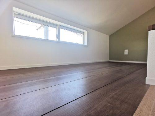 【子供室(ロフト部分)】 窓があり、明るいです♪寝室としてはもちろん、収納スペースや趣味の空間としても、ご活用できます♪秘密基地のようなワクワクした空間ですね♪(子供部屋)