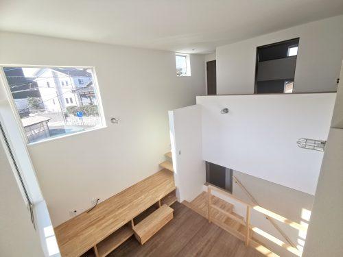 2階へつながる階段は、収納スペースにもなっており、お洒落な空間です♪(居間)
