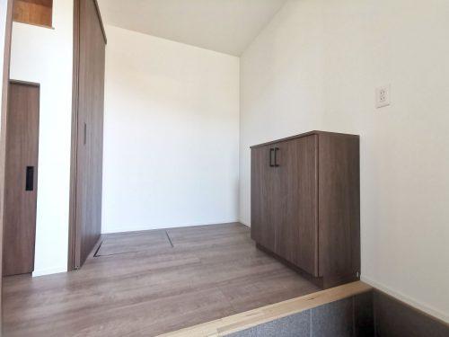 エントランスに、シューズボックスがついているので玄関回りもスッキリ♪奥には、収納スペースもあります♪(玄関)