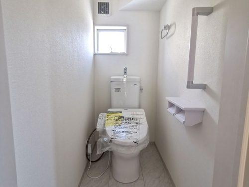 1階トイレ 窓付きの明るいトイレです。温水洗浄便座が備わっています♪