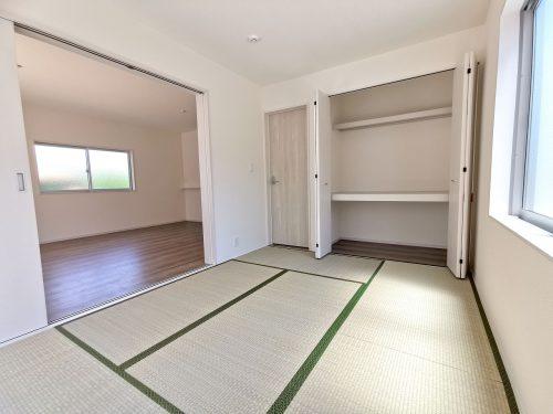 続き間の和室は、お子様のお昼寝スペースや洗濯物をたたむのに便利です。客間やリビングの延長としても♪