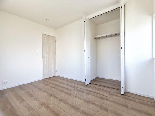 各部屋にしっかりと収納があり、ご家族の洋服もたくさん収納できます♪(子供部屋)