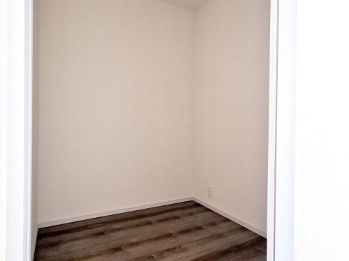 2階 2帖納戸 大きな荷物の収納やリモートワークにも最適空間です♪