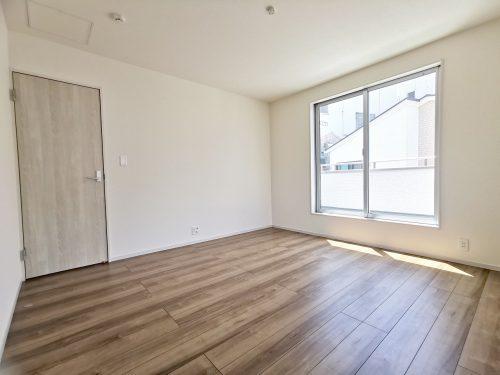 バルコニーに面した、明るい洋室です♪【8帖】(寝室)