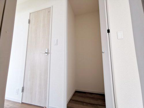 2階 廊下に収納スペースがあります♪