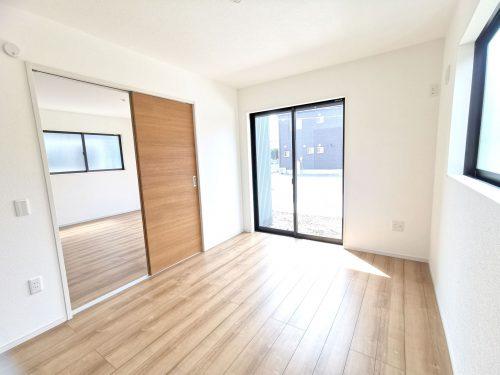 続き間の洋室は、客間やリビングの延長としても使えます♪扉を閉じれば、6帖の洋室として使えます♪