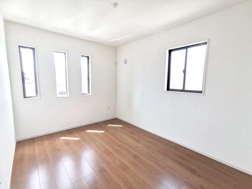長方形の窓がお洒落な6.5帖の洋室♪(子供部屋)