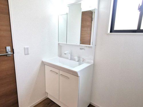 忙しい朝に便利な 洗髪洗面化粧台!お手入れしやすく使いやすい3面鏡付き。収納スペースも広く、洗剤や掃除道具をたっぷりと収納できます♪