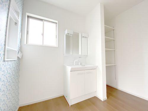忙しい朝に便利な 洗髪洗面化粧台付き!リネンスペースがあるので タオルやパジャマなど収納できます。脱衣室がスッキリ使えますね♪