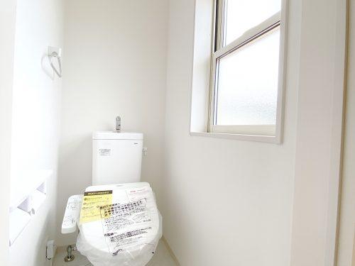 窓付きの 明るいトイレです。 温水洗浄便座が備わっています。