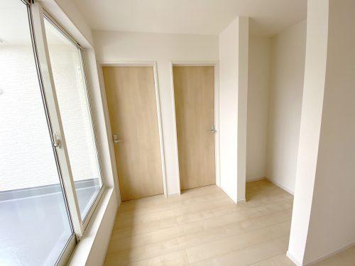 【2階ホール】南向きでぽかぽか♪バルコニーへ出入りできます。約0.4坪のスペースあり!