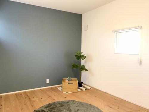 モダンな壁紙が魅力的な 洋室です。 スタイリッシュな家具も 和風な家具もお似合いですね♪(寝室)